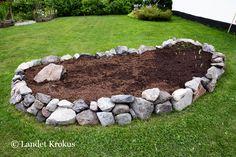 Landet Krokus: Projekt Front House Landscaping, Landscaping Plants, Garden Yard Ideas, Lawn And Garden, North Garden, Rockery Garden, Rock Garden Design, Bird Bath Garden, House Landscape