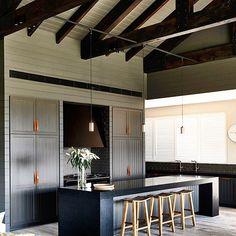 Tons sóbrios para a cozinha por Canny Architecture, na Austrália. (www.inandoutdecor.com.br) #inandoutdecor // Sober tones for the kitchen by #cannyarchitecture in Australia