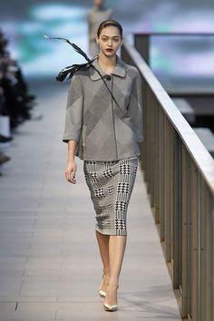 Falda midi con estampado pata de gallo a conjunto con americana de estampado a cuadros grises en el 080 Barcelona Fashion #trend #fashion #catwalk #Barcelona #Naulover #fall #winter #2015