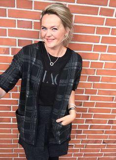 Malsen har stylet den bløde Galana wool top med Graduate wool skirt og Gloss kimono.
