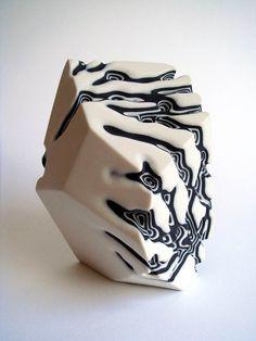 Les jolies sculptures en céramique de l'artiste anglaiseTamsin van Essen, qui utilise une alternance de couches noires et de couches blanches pour créer des