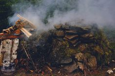 """(Bez Garów - Odc.4 Terenowa wędzarnia) Opisać sztukę wędzenia w jednym artykule to jak próba streszczenia trylogii Tolkiena w jednym zdaniu: """"Hobbit... Bushcraft, Hobbit, The Hobbit, Camping Survival"""