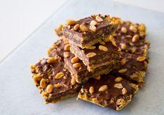 Havrerutor med choklad och jordnötter Raw Food Recipes, Sweet Recipes, Baking Recipes, Cookie Recipes, Dessert Recipes, Christmas Desserts, Christmas Baking, Grandma Cookies, Zeina