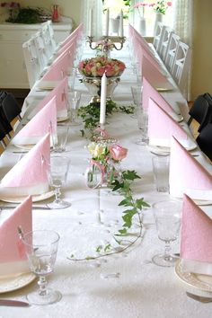 Pink and white table setting. Pink and white table setting. White Table Settings, Beautiful Table Settings, Deco Table, Decoration Table, Wedding Table, Tablescapes, Pink And Gold, Floral Arrangements, Diy And Crafts