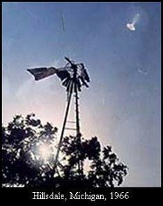 """1966 - Hillsdale, Michigan. O caso """"gás do pântano"""". Este é o caso que convenceu o cético J. Allen Hynek, que ele devia admitir publicamente que há algo de verdade nos relatos de ovnis. Por volta das 22:30, um morador de um dormitório em Hillsdale College relatou um objeto estranho no céu. O condado de Defesa Civil, o diretor William E. Van Horn respondeu e confirmou que um objeto brilhante aparecia nas proximidades."""