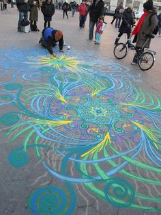 It would probably be simpler to draw these organic patterns on the ground with chalk, however, artist Joe Mangrum prefers to use sand as his medium. His inspiration comes from daily life, e.g. from a spectator's comment to the type of weather that day. And the incredible part is that Mangrum improvises all of his designs.