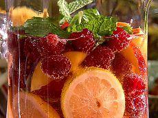 Термоядерный рецепт от простуды. В кружку кладем:  1 ст.л. малинового варенья,  1 ст.л. меда,  1 ст.л. лимонного сока,  1 ст.л. коньяка,  1 таблетку аспирина.  Заливаем все кипятком, размешиваем и выпиваем.