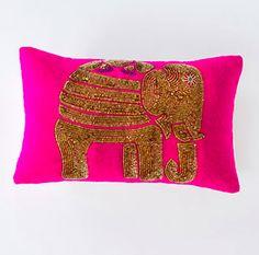 Oreiller Caravan éléphant 16'' X 10'' rose et doré, Chez Balivernes Boutique