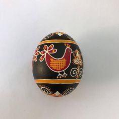 Ukrainian pysanka on chicken egg: birds black Cool Easter Eggs, Ukrainian Easter Eggs, Ukrainian Art, Egg Birds, Old Symbols, Carved Eggs, Egg Tree, Pottery Painting, Painted Pottery