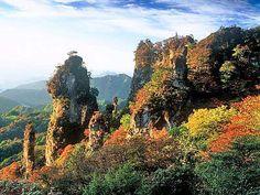 妙義山 日本三大奇勝の一つ 紅葉に映える妙義山(上毛かるた)