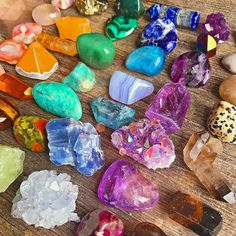 Our Cosmic Crystal Guide on how to make crystal grids. Discover what crystal grids are and how you can make your very own crystal grid with purpose at home. Crystal Guide, Crystal Magic, Crystal Healing Stones, Stones And Crystals, Minerals And Gemstones, Rocks And Minerals, Raw Gemstones, Crystal Aesthetic, Quartz Rose
