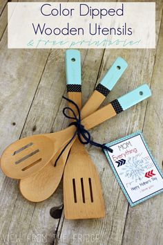 Color Dipped Wooden Utensils + Free Printable Gift Tag – Diy Gifts For Friends Homemade Mothers Day Gifts, Diy Gifts For Mom, Crafts For Teens To Make, Easy Diy Gifts, Mothers Day Crafts, Homemade Gifts, Crafts To Sell, Cute Gifts, Diy And Crafts