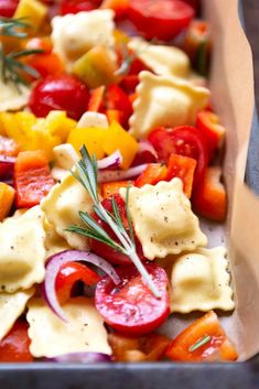 A tin recipes are my life. And this One-sheet ravioli with tomatoes, peppers and rocket are all i can think about.But let's be honest: You can not resist the big tin with t Rocket Recipes, Good Food, Yummy Food, Brunch, Eat Smart, Easy Cooking, Us Foods, Family Meals, Food Inspiration