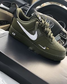 It's important to choose the correct women's sneakers when using them for different activities. Read more to learn how to choose the right women's sneakers. Jordan Shoes Girls, Girls Shoes, Boy Shoes, Shoes Men, Cute Sneakers, Shoes Sneakers, Nike Women Sneakers, Shoes Sandals, Nike Trainers