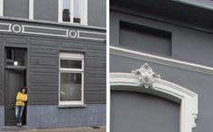 De gevel van dit herenhuis is in een vrij donkere kleur geschilderd. De horizontale witte lijnen doorbreken het schilderwerk, samen met het opvallende moluurwerk. Ook de ramen zijn, in tegenstelling tot de deur, in een lichte kleur geschilderd. Zo krijg je een mooi zwart-wit contrast. Kleuren: OW 15-A en RAL 7015