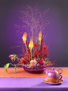 Table Decoration made by Boerma Instituut for magazine Special Bloemschikken.  Want to learn how to make Floral Design arrangements? Visit: www.dutchfloraldesign.com #Floraldesign #Floraldesignschool #Holland #Dutchfloraldesign #Floral #Design #Table #Arrangement #Flowers