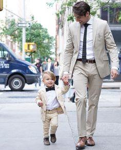 Trajes claros, padre e hijo, para un evento de día.
