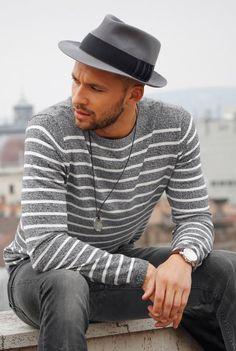 Streifen gehören zu den auffälligsten Mustern und sind wie dafür gemacht, Blicke auf sich zu ziehen. Bei diesem Outfit ist es aber noch mehr: Zum Beispiel die lässige Bruno Banani Lederjacke, kernige Boots und die graue Slimfit-Jeans – dazu einen edlen Chronographen als Accessoires.