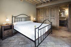 Rustykalna sypialnia, sypialnia w stylu rustykalnym, styl wiejski, sypialnia, aranżacja sypialni. Zobacz więcej na: https://www.homify.pl/katalogi-inspiracji/21653/homify-360-rustykalna-willa-w-toskanii