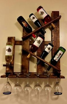 Shelves Pallet Pallet wine rack - Designing the wood pallet projects is a fabulous art. Wood pallet projects are getting amazingly popularized. When it comes to the wood pallet projects then there seem a huge range of pallet furniture as an outcome of it. Wine Rack Shelf, Wood Wine Racks, Pallet Wine Rack Diy, Wine Bottle Holders, Glass Holders, Glass Rack, Wine Bottles, Wine Decanter, Wooden Pallet Furniture