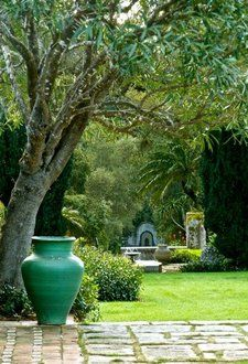 Tips To Create A Focal Point In The Garden - In the garden people should instantly feel that they are in a tranquil place of beauty, calm and enjoyment. Outdoor Plants, Outdoor Gardens, Porches, Landscape Design, Garden Design, Backyard Paradise, Garden Features, Dream Garden, Garden Inspiration