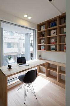 バルコニーに面したパソコンスペース: 根來宏典建築研究所が手掛けた書斎&オフィスです。