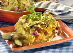 Ingredience: nudle 500 gramů (dlouhé), petržel kadeřavá/kudrnka 1 svazek, olej olivový 2 lžíce, uzené maso 300 gramů (moravské), vejce 4 kusy, mléko 250 mililitrů, sýr polotvrdý 100 gramů (Gouda), sůl, pepř.