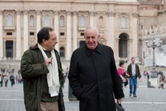 El cardenal argentino Jorge Mario Bergoglio conversa con Sergio Rubín, el periodista de Clarín, al llegar al cónclave en el Vaticano.(Victor Sokolowicz)