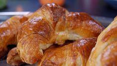 Croissanter med to smakstilsetninger, en med sjokolade og en med epler. Sandwich Bread Recipes, Nigella, Croissant, Different Recipes, Sausage, French Toast, Brunch, Food And Drink, Sweets