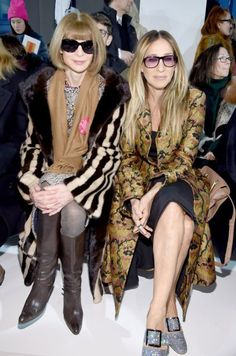 Anna Wintour (L) and Sarah Jessica Parker attend the Calvin Klein Collection Front Row during New York Fashion Week on February 2017 in New York City. Anna Wintour wearing a Fashion Stands with Planned Parenthood Pink Button. Bruce Willis, Sarah Jessica Parker, Anna Wintour Style, Calvin Klein Collection, Alexa Chung, Paris, Fashion Pictures, Fashion Boutique, Elegant