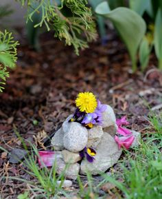 Beautiful tutorial on how to build your own cairns, woven mobiles, flower garlands and fairy houses. Sparkle Stories, Sparkle Crafts, Fairy Furniture, Outdoor Crafts, Garden Art, Garden Totems, Flower Garlands, Nature Crafts, Fairy Houses