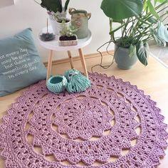 Tapete de crochê redondo: 100 ideias lindas e tutoriais fáceis (VÍDEOS) Crochet Doily Rug, Crochet Placemats, Crochet Carpet, Crochet Mandala Pattern, Crochet Round, Crochet Flowers, Crochet Patterns, Crochet Home Decor, Crochet Slippers