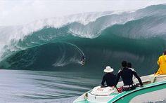 Surf tirando uma onda nas melhores ondas do mundo Também nos Estados Unidos, só que apenas no Havaí, a praia Jaws também tem ondas para o surf que chegam cerca de 21 metros de altura.