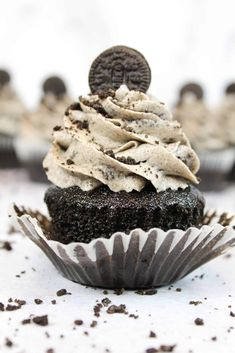 This Oreo frosting is simply irresistible, and is so easy to make! It's perfect for piping on cupcakes, or frosting cakes! Cookies And Cream Frosting, Oreo Frosting, Whipped Cream Cheese Frosting, Oreo Buttercream, Frosting Recipes, Cupcake Recipes, Dessert Recipes, Oreo Desserts, Cupcake Toppings