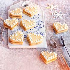 Die feine Säure der Creme passt ausgezeichnet zu den buttrigen Plätzchen. Die Herzchen können aber auch pur oder mit Zuckerguss genossen werden.