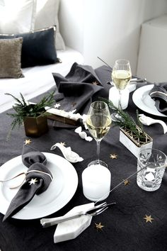 43 Sparkling Party Table Settings Ideas For The New Years Eve Nordic Christmas Decorations, Christmas Table Settings, New Years Decorations, Christmas Tablescapes, Scandinavian Christmas, Christmas Ideas, New Years Wedding, New Years Eve Weddings, New Years Party