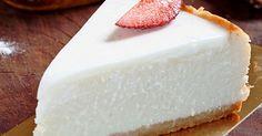 עוגת גבינה ניו יורקית קלאסית עם בצק מביסקוויטים ומלית עשירה. מניחים ללילה במקרר. מפזרים מעל פירורים או פירות יער Cake Icing, Fondant Cakes, Cookie Desserts, Sweet Recipes, Recipies, Cheesecake, Deserts, Tasty, Sweets