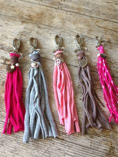 ? ?Las mejores 18 ideas de Manualidades con trapillo ?TOP 2019? - Uma Manualidades Tassel Keychain, Diy Keychain, Keychains, Crafts To Sell, Diy And Crafts, Arts And Crafts, Diy Tassel, Tassels, Diy Finger Knitting