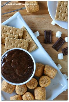 Recipe for CrockPot S'mores Fondue - 365 Days of Slow Cooking and Pressure Cooking Slow Cooker Desserts, Crock Pot Desserts, Crock Pot Cooking, Köstliche Desserts, Slow Cooker Recipes, Crockpot Recipes, Delicious Desserts, Snack Recipes, Dessert Recipes