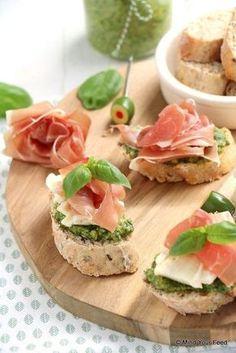 Crostini met pesto, brie en rauwe ham - Mind Your Feed