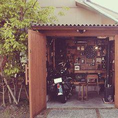 男性で、の小屋/ハーレーダビッドソン/セルフビルド/ガレージ/作業部屋/DIY…などについてのインテリア実例を紹介。「ガレージの扉を開けて、全体を撮ってみました‼️ あったかくなって、横のコナラの木も緑が増えてきましたよ〜(^o^)」(この写真は 2015-04-21 19:02:46 に共有されました)