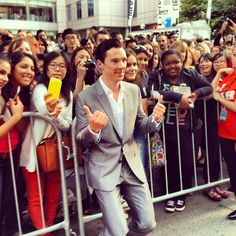 | TORONTO | Benedict Cumberbatch poses with fans at the 12 YEARS A SLAVE premiere! #cumberpeople