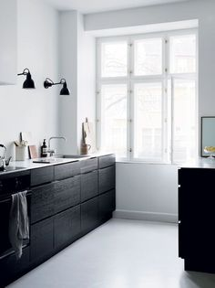minimal kitchen Seven Kitchen Design Trends That are Here to Stay Nordic Kitchen, Minimal Kitchen, Scandinavian Kitchen, New Kitchen, Kitchen Dining, Kitchen Decor, Kitchen Styling, Stylish Kitchen, Kitchen Lamps