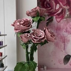 Beautiful composition of 5 giant Roses  complete of high stems, full of leaves complete of stable base