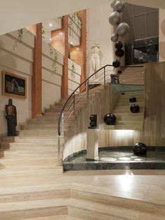 ") y ""Encuentro"" integrada en la escalera. Lorenzo Quinn, Sitges, Third, English, Painting, Sculptures, Art, Stairway, Painting Art"