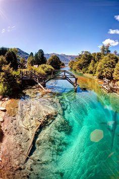 Río de color azul turquesa en Bariloche, en la Patagonia argentina