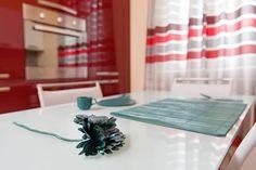 Arredamenti su misura eseguiti dagli artigiani Semprelegno con una particolare finitura in laccato rosso ciliegia acceso per una cucina veramente frizzante per un tocco in più di energia - specialmente al mattino a #colazione. #mobili #sumisura #cucinedesign #tailormade #furniture #madeinitaly #kitchen. Per altri lavori completamente personalizzati: http://bit.ly/1KGOW5z