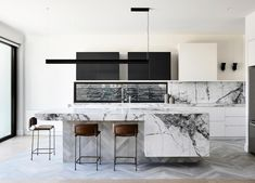 Mardi Doherty, director of Doherty Design Studio, is at the forefront of contemporary kitchen design and knows what it takes to make a statement kitchen. Modern Kitchen Design, Interior Design Kitchen, Modern Interior, Modern Decor, Modern Design, Modern Art, Farmhouse Style Kitchen, Modern Farmhouse Kitchens, Kitchen Styling