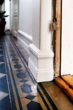 Lovely high old-fashioned baseboards, old wood door jambs and tile flooring  *sigh*  :)