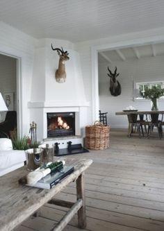 mooi houten vloer en salontafel, leuk met geweien en hertjes.